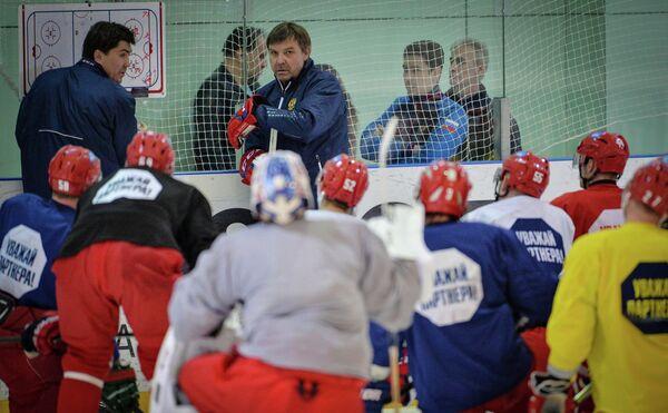 Игорь Никитин (слева) и Олег Знарок во время тренировки сборной России по хоккею