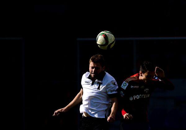 Защитник Торпедо Александр Кацалапов (слева) и полузащитник ЦСКА Георги Миланов