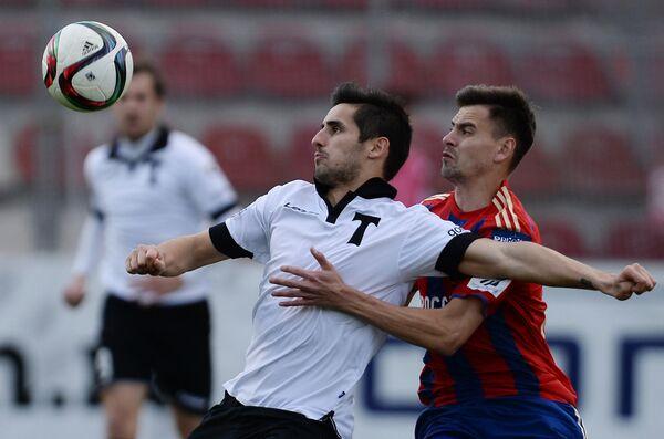 Полузащитник Торпедо Угу Виейра (слева) и защитник ЦСКА Георгий Щенников