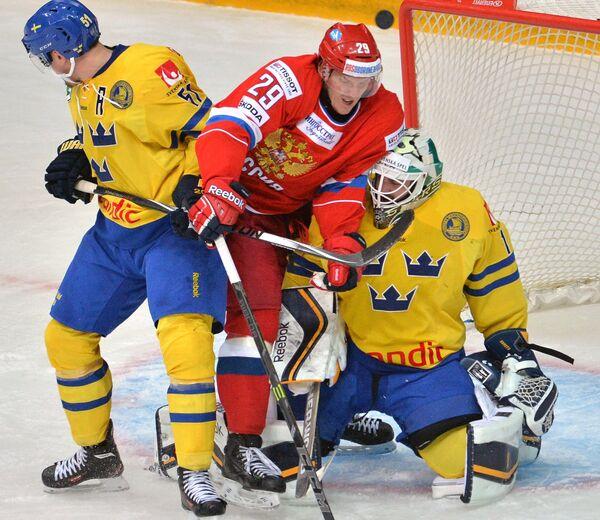 Защитник сборной Швеции Юнас Анелёв, форвард сборной России Егор Аверин и вратарь сборной Швеции Юнас Энрот (слева направо)