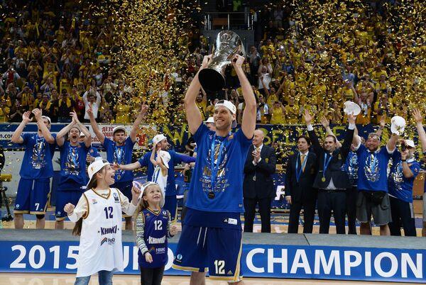Капитан команды БК Химки Сергей Моня (в центре) с дочерьми на церемонии награждения после победы в финальном матче Кубка Европы по баскетболу
