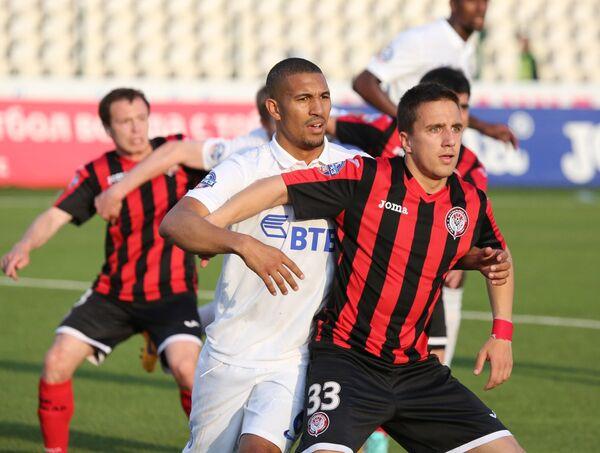 Полузащитник Динамо Вильям Ванкёр (слева) и полузащитник Амкара Бранко Йовичич