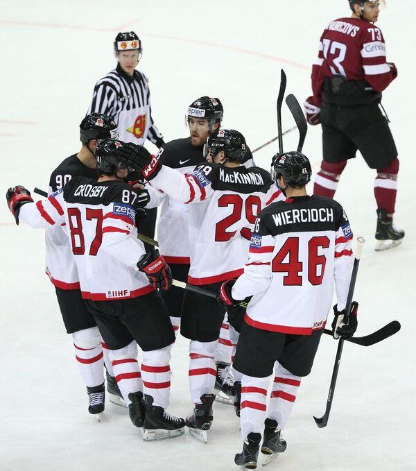 Хоккеисты сборной Канады Джейсон Спецца, Сидни Кросби, Дэвид Савар, Натан Маккиннон, Патрик Виркиох (слева направо)