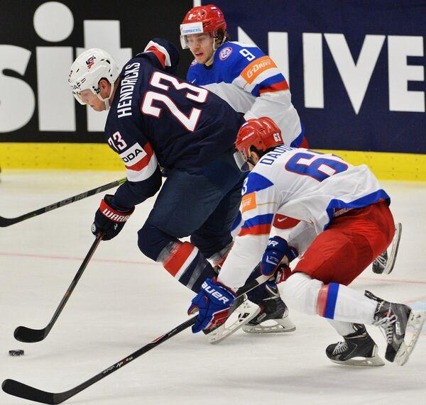 Нападающие сборной США Мэтт Хендрикс, сборной России Артемий Панарин и Евгений Дадонов (слева направо)