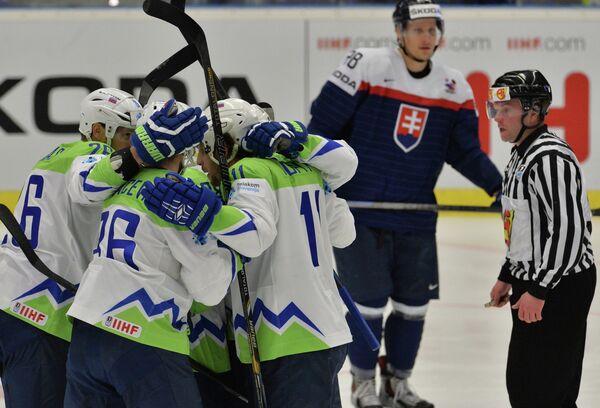 Игроки сборной Словении радуются забитой шайбе