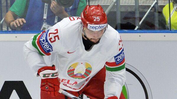 Защитник сборной Белоруссии Олег Евенко (слева) и форвард сборной США Дэн Секстон