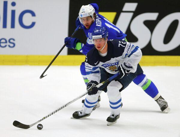 Нападающий сборной Финляндии Йоонас Донской и форвард сборной Словении Анже Копитар