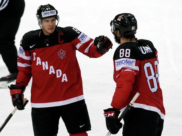 Хоккеисты сборной Канады Брент Бёрнс и Сидни Кросби (слева направо)