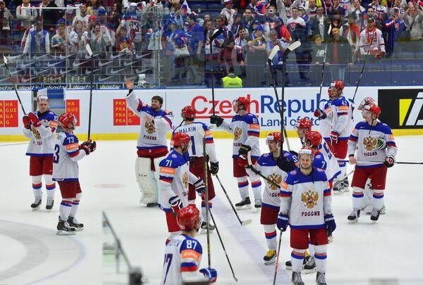 Хоккеисты сборной России по хоккею радуются победе