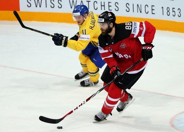 Нападающий Швеции Симон Яльмарссон (слева) и форвард сборной Канады Брент Бернс