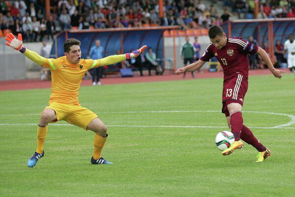Вратарь сборной Франции (не старше 17 лет) Лука Зидан и нападающий сборной России Егор Денисов (слева направо)