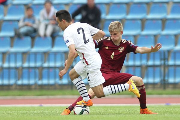 Защитник юношеской сборной Франции Крис-Эмманюэль Мауасса (слева) и защитник юношеской сборной России Никита Калугин