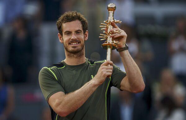 Энди Маррей с титулом за победу на теннисном турнире в Мадриде