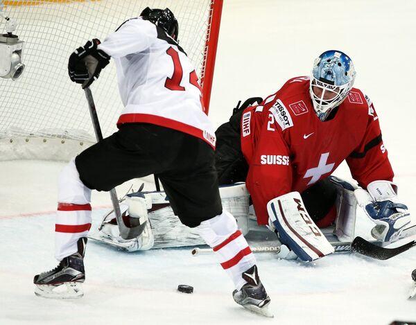 Нападающий сборной Канады Джордан Эберле (слева)