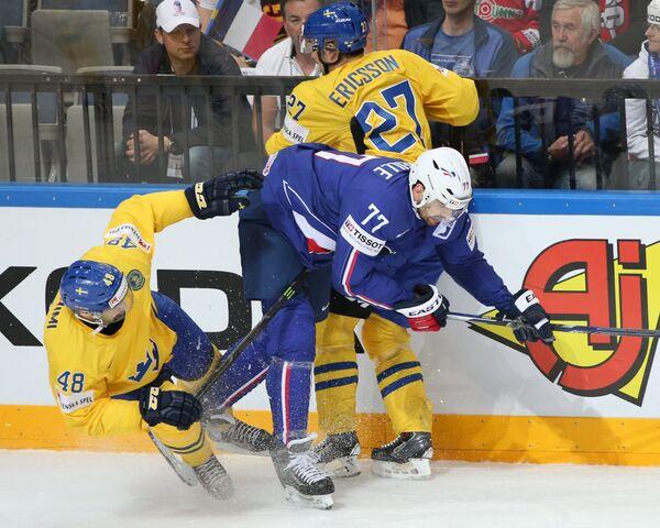 Защитник сборной Швеции Даниэль Рахими, нападающий сборной Франции Саша Трей и нападающий сборной Швеции Джимми Эрикссон (слева направо)