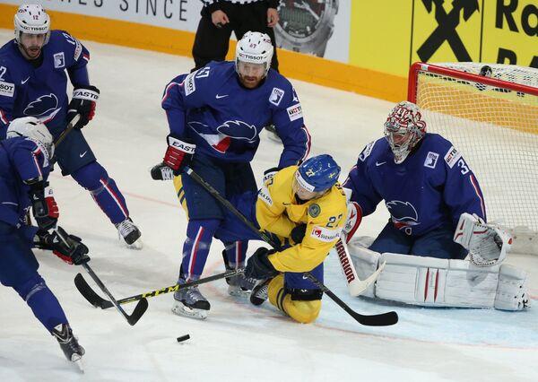 Вратарь сборной Франции Кристобаль Юэ, нападающий сборной Швеции Джимми Эрикссон и защитник сборной Франции Тедди Трабише (справа налево)