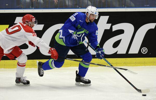 Нападающий сборной Словении по хоккею Жига Панце (справа)