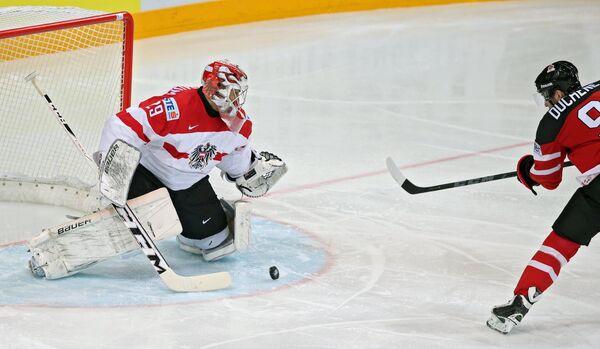 Нападающий сборной Канады Мэтт Дюшейн (справа) и вратарь сборной Австрии Бернхард Штаркбаум