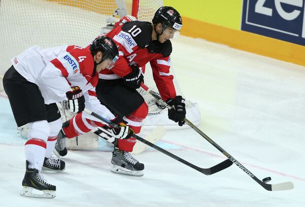 Нападающий сборной Канады Брэйден Шенн (справа) и защитник сборной Австрии Даниэль Миттердорфер