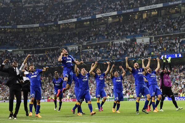 Футболисты Ювентуса празднуют победу над Реалом