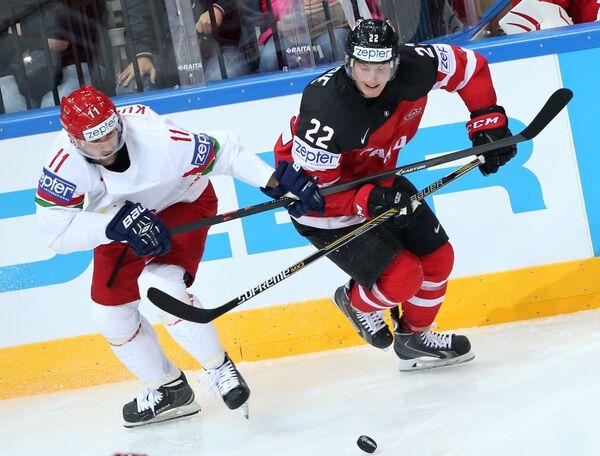 Нападающий сборной Белоруссии Александр Кулаков (слева) и защитник сборной Канады Тайсон Бэрри