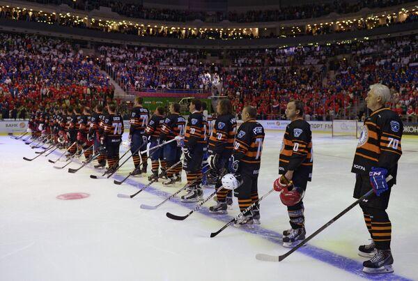 Участники гала-матча турнира Ночной хоккейной лиги в Сочи