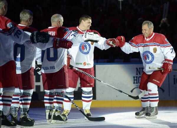 Министр обороны РФ Сергей Шойгу приветствует участников гала-матча турнира Ночной хоккейной лиги в Сочи
