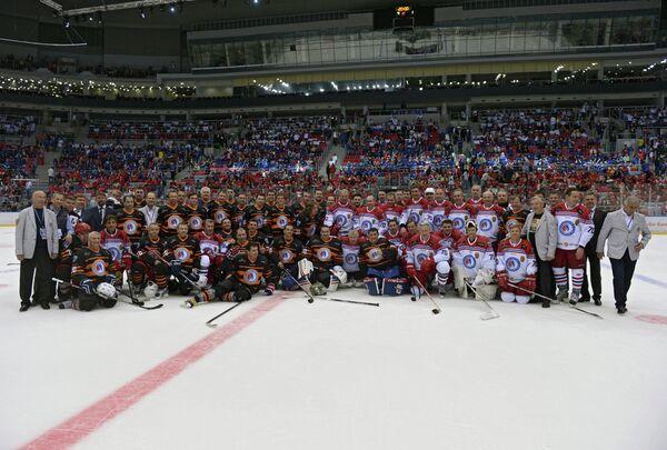Президент России Владимир Путин во время церемонии фотографирования после окончания гала-матча турнира Ночной хоккейной лиги в Сочи