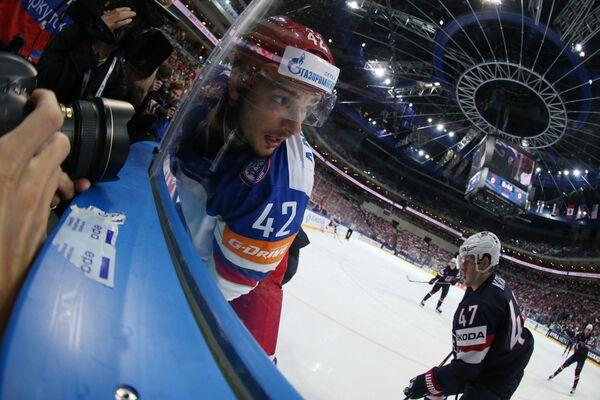 Нападающий сборной России Артём Анисимов (слева) и защитник сборной США Тори Краг