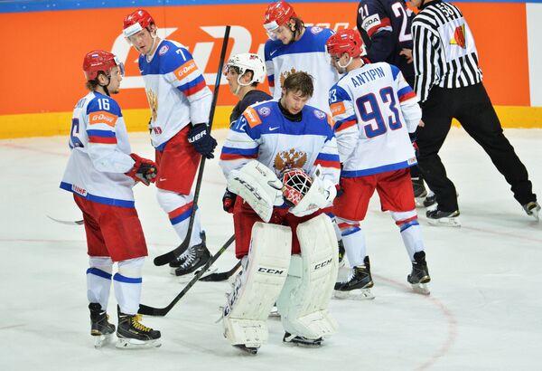 Вратарь сборной России Сергей Бобровский (в центре) в окружении российских хоккеистов