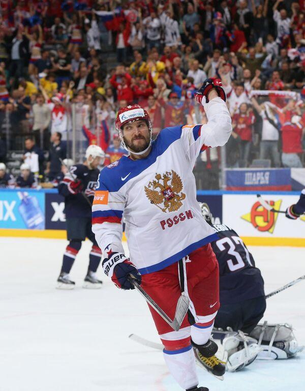 Нападающий сборной России Александр Овечкин радуется забитому голу
