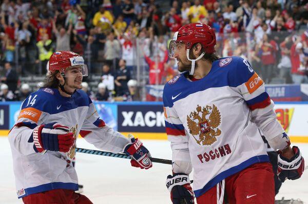 Нападающие сборной России Виктор Тихонов (слева) и Александр Овечкин радуются забитому голу