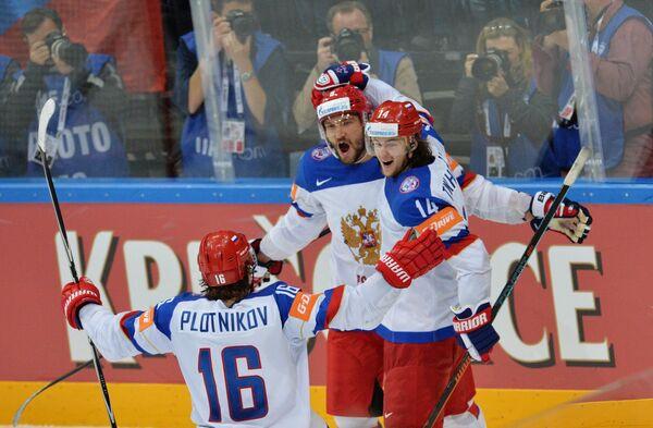 Нападающие сборной России Сергей Плотников, Александр Овечкин и Виктор Тихонов (слева направо) радуются забитому голу