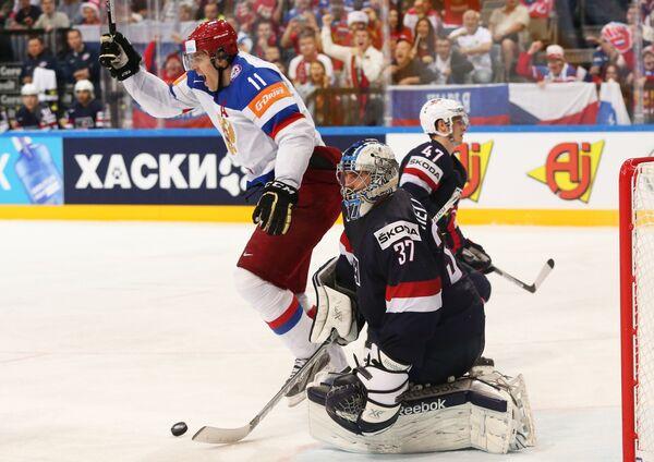 Нападающий сборной России Евгений Малкин (слева) радуется забитому голу
