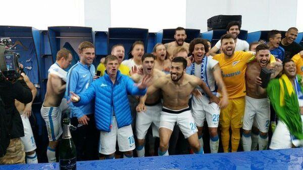 Футболисты Зенита празднуют звание чемпионов России в раздевалке после матча с Уфой