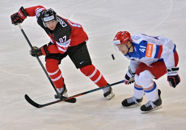 Форвард сборной Канады Сидни Кросби (слева) и нападающий сборной России Николай Кулёмин