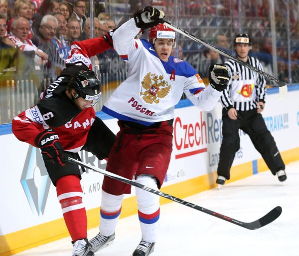 Защитник сборной Канады Джейк Маззин (слева) и форвард сборной России Евгений Малкин