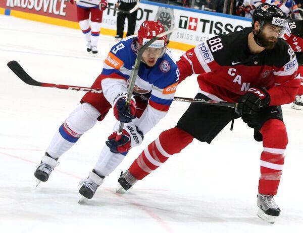 Форвард сборной России Артемий Панарин (слева) и защитник сборной Канады Брент Бёрнс