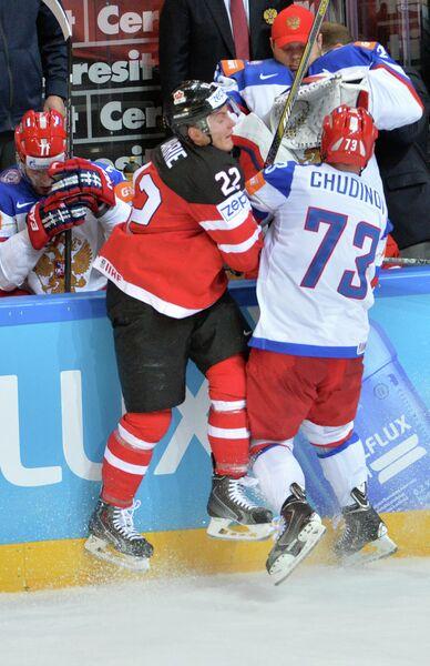 Защитник сборной Канады Тайсон Бэрри (слева) и защитник сборной России Максим Чудинов