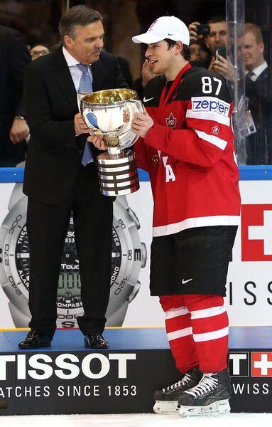 Президент международной федерации хоккея Рене Фазель (слева) и капитан сборной Канады по хоккею Сидни Кросби