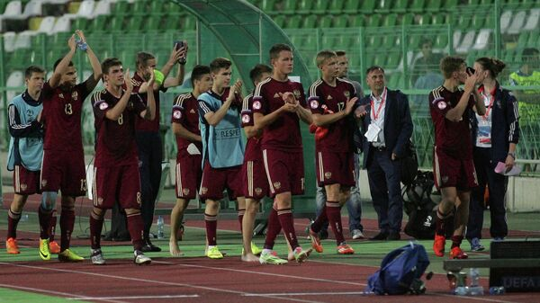 Футболисты юношеской сборной России после полуфинального матча чемпионата Европы футболу