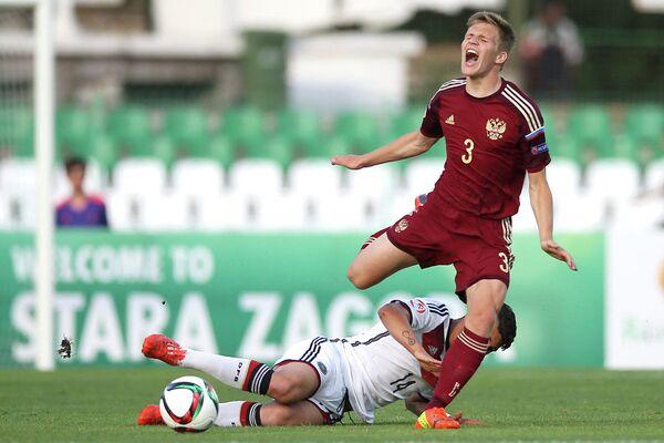 Полузащитник юношеской сборной Германии Геркем Саглам и защитник юношеской сборной России Константин Котов (слева направо)