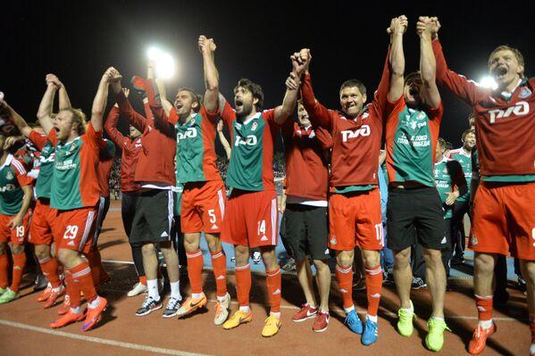 Футболисты Локомотива радуются победе в финальном матче Кубка России