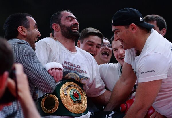 Российский боксер Рахим Чахкиев (второй слева)