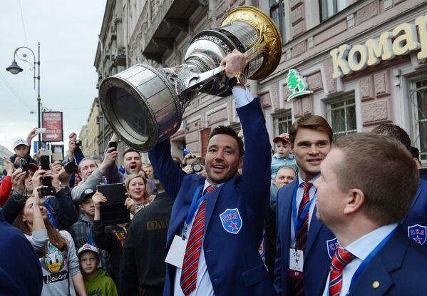 Капитан ХК СКА Илья Ковальчук с главным трофеем КХЛ