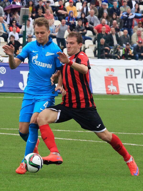 Защитник Зенита Доменико Кришито (слева) и нападающий Амкара Александр Прудников