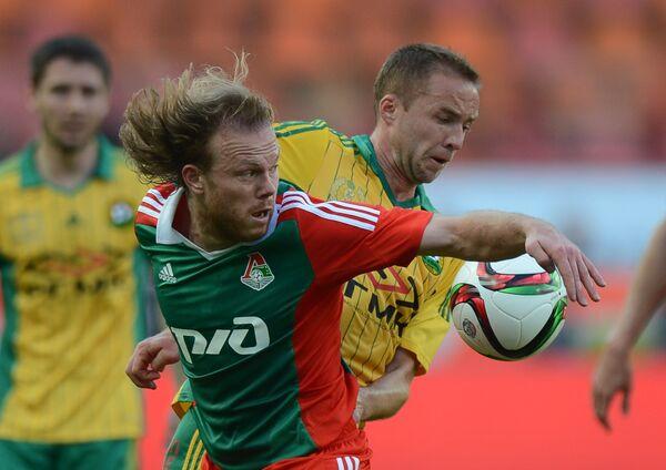 Полузащитник Кубани Владислав Кулик (на втором плане) и защитник Локомотива Виталий Денисов