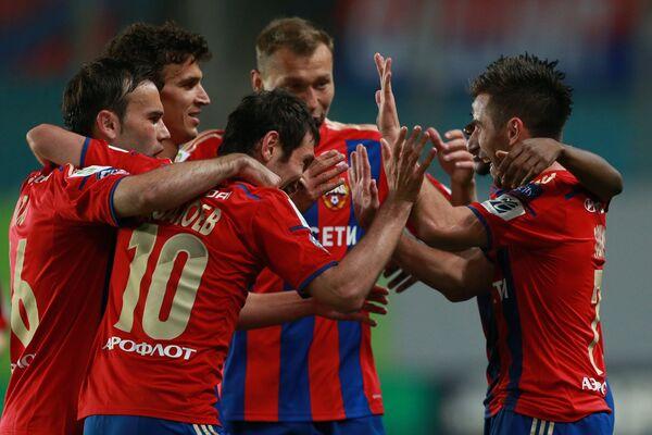 Игроки ЦСКА поздравляют Зорана Тошича (справа) с забитым мячом