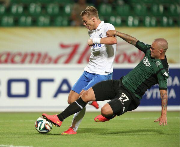 Защитник Краснодара Рагнар Сигурдссон (справа) и нападающий Динамо Александр Кокорин