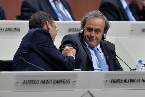 Президент УЕФА Мишель Платини (справа) и принц Али бин Аль-Хусейн во время выборов президента ФИФА в рамках 65-го Конгресса ФИФА в Цюрихе.